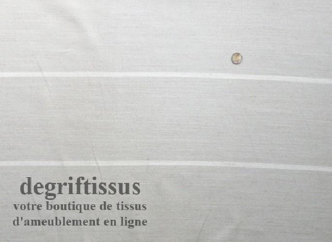 Dégriftissus vous propose ce tissu d'ameublement couleur lin rayé blanc, tissé Jacquard de belle épaisseur, doublé latex, avec b