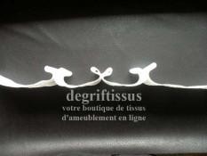 Dégriftissus vous propose cette Rufflette Plisplat 70 mm, rigide, qui vous fera une tête de rideau, qui va tenir, sans faire de