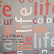 Satiné lettres orange Dégriftissus vous propose ce tissu d'ameublement satiné tissé, gris avec lettres oranges, de haute qualité