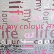 Satiné lettres fushia Dégriftissus vous propose ce tissu d'ameublement satiné tissé, gris avec lettres fushia, de haute qualité,