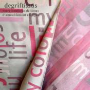 Satiné lettres fuchsia Dégriftissus vous propose ce tissu d'ameublement satiné tissé, gris avec lettres fuchsia, de haute qualit