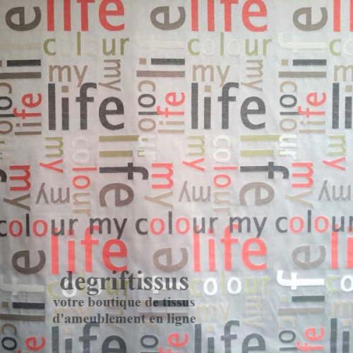 Satiné lettres rouge Dégriftissus vous propose ce tissu d'ameublement satiné tissé, gris avec lettres rouges, de haute qualité,