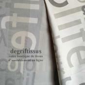 Satiné lettres gris Dégriftissus vous propose ce tissu d'ameublement satiné tissé, gris avec lettres grises, de haute qualité, p